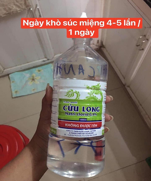 Xúc miệng bằng nước muối hàng ngày 4-5 lần